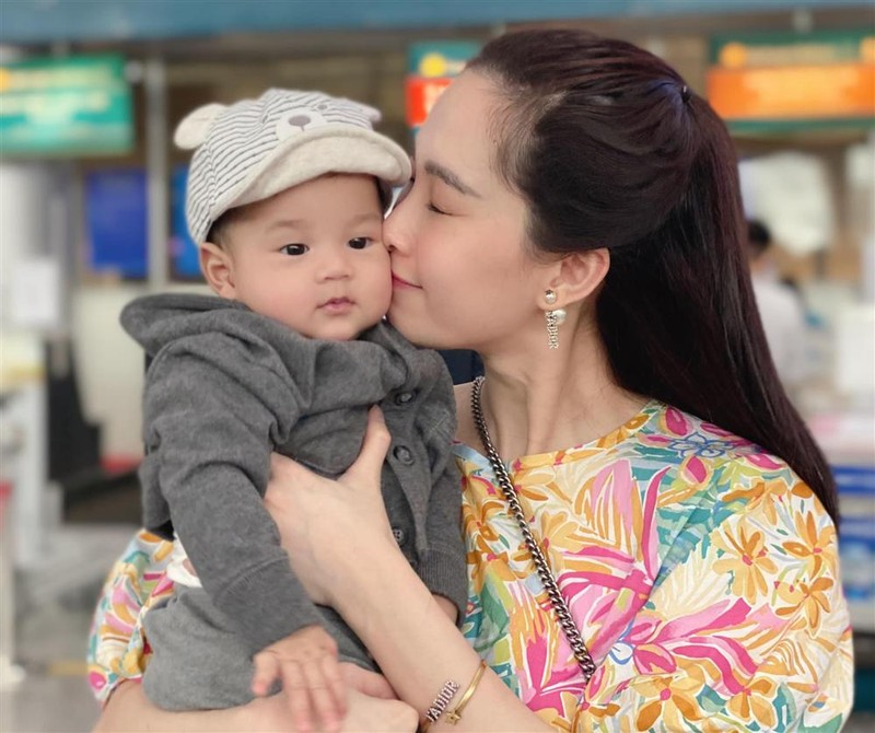 Con trai hoa hau Dang Thu Thao giong bo nhu lot
