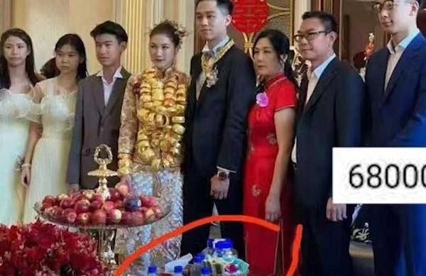 Dan mang choang ngop truoc dam cuoi co dau deo vang muon gay co-Hinh-3