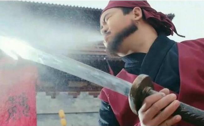 Vi sao dao phu Trung Hoa lai phun ruou len luoi dao truoc khi xu tu?