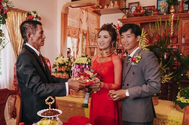 Cua hoi mon 10 cay vang, 2 so do, 1 o to cua co dau Ninh Thuan-Hinh-5