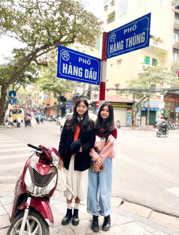 2 con gai MC Quyen Linh gay chu y voi chieu cao vuot troi