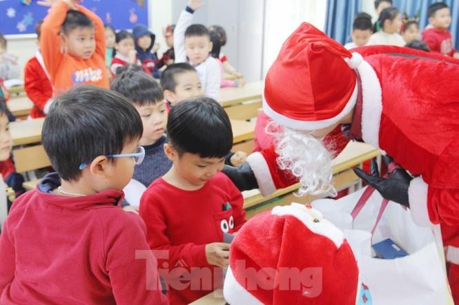 Mot ngay ban ron cua ong gia Noel trong dip le Giang Sinh-Hinh-3