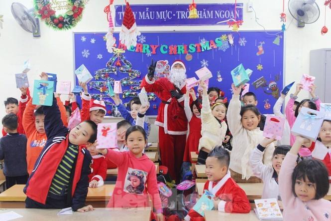 Mot ngay ban ron cua ong gia Noel trong dip le Giang Sinh-Hinh-4