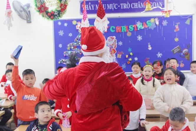 Mot ngay ban ron cua ong gia Noel trong dip le Giang Sinh-Hinh-9