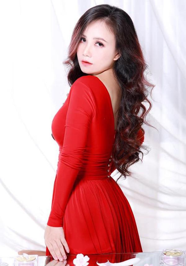 Hoang Yen: Nu dien vien hai duy nhat tu tin voi chuyen 4 doi chong-Hinh-3