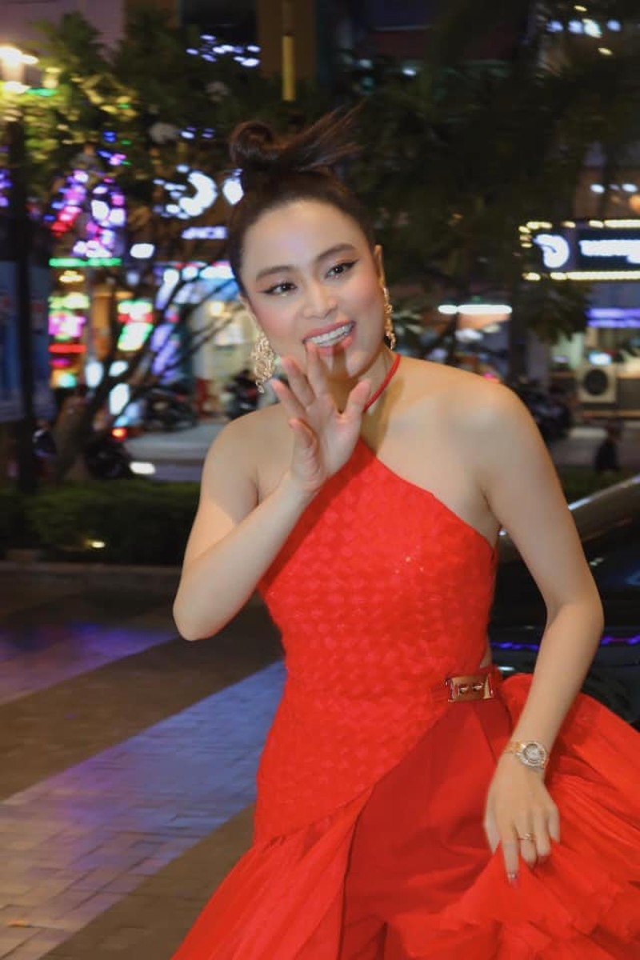 Hoang Thuy Linh make-up sen sua trong anh dim hang-Hinh-2