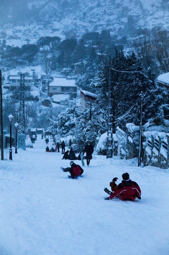 Khắp nơi trắng xóa, tuyết rơi dày kỷ lục trong 50 năm qua ở Tây Ban Nha