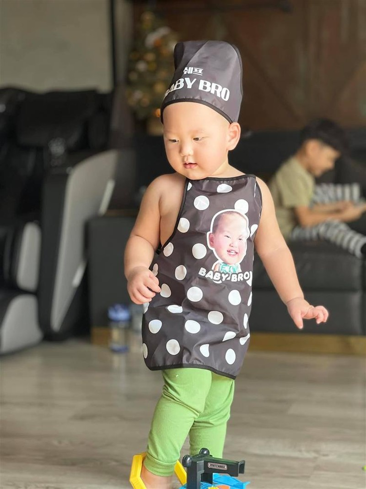 Hinh anh con trai Tra My Idol hoa dau bep nhi sieu dang yeu