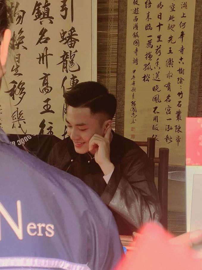 Chi em dua nhau tim info thay do tre dep khong goc chet-Hinh-3