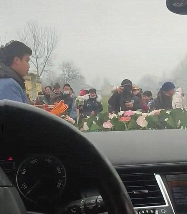 Thai do cua chu re khi co dau ngoi li trong xe hoa dem tien-Hinh-2