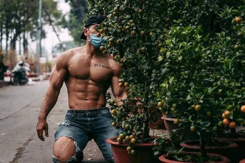 Thanh nien coi tran khoe co bap dung ban quat gay xon xao-Hinh-3