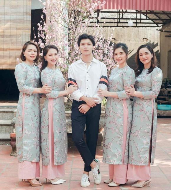 Khoe anh gia dinh nhung em trai Hoa Minzy lai chiem tron spotlight