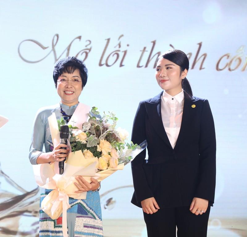 Tai sao MC Thao Van lai de con trai di lam shipper?