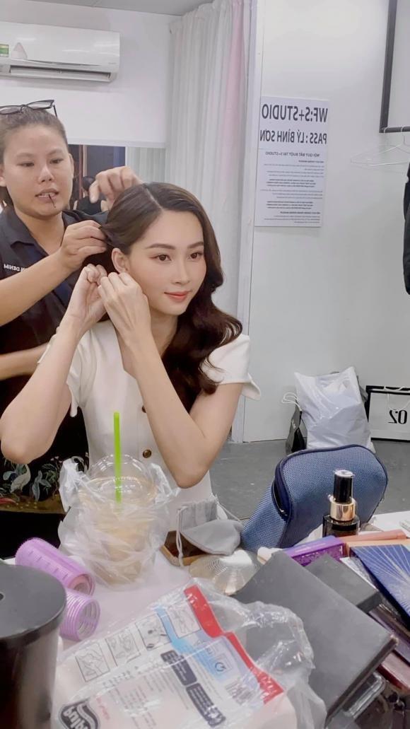 Dang Thu Thao bi ekip tung anh chup bang camera thuong