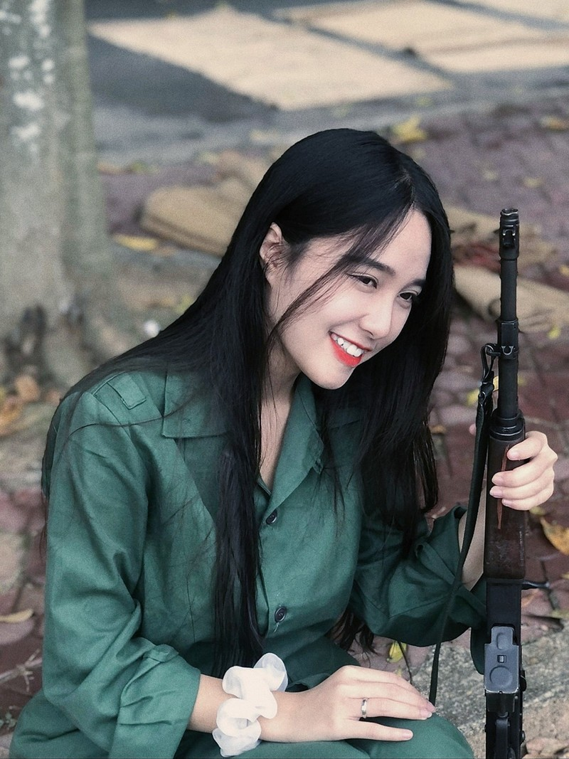 Nu sinh DH Kinh te Quoc dan duoc chu y nho buc anh hoc quan su-Hinh-2