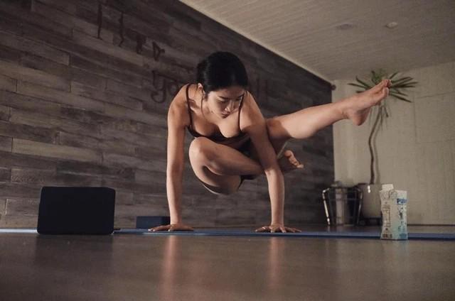 Day yoga nhung quen noi y, co giao Han Quoc hut gan 10 trieu luot view-Hinh-4