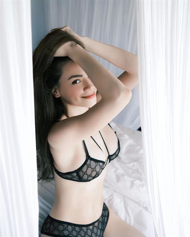 Kim Ly coi tran khoe mui lien bi Ho Ngoc Ha