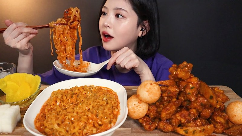 Mukbang thoai trao va chieu tro cau keo nguoi xem-Hinh-3