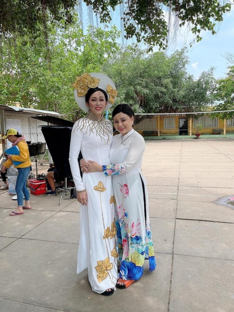 NS Hoai Linh tai xuat voi man gia gai trong ta ao dai