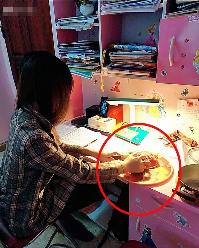 Dang hoc online tro nam dai ra ngu, co giao co man xu ly sieu lay-Hinh-4