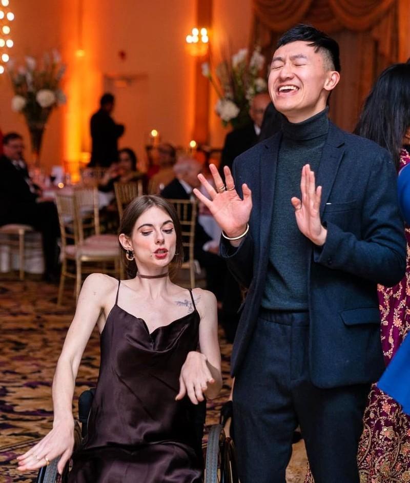 Tình yêu của chàng trai gốc Việt và cô gái Mỹ liệt nửa người Tinh-yeu-cua-chang-trai-goc-viet-va-co-gai-my-liet-nua-nguoi-hinh-5