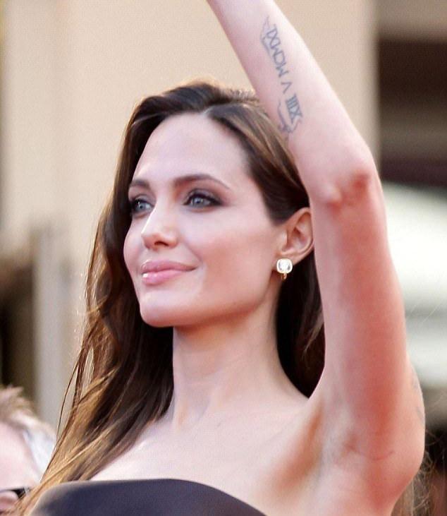 Y nghia cua gan 20 hinh xam tren co the Angelina Jolie-Hinh-15