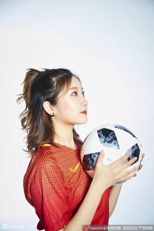 Hot girl Trung Quoc co vu doi nha lot vao vong bang 3 World Cup-Hinh-2