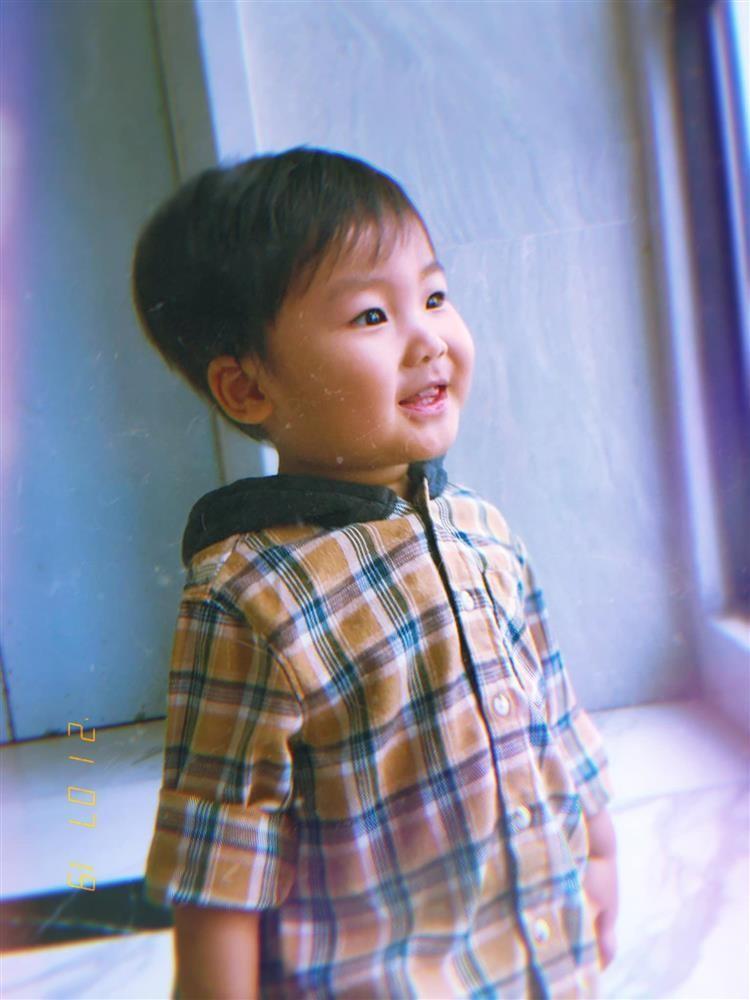 Thot tim nhin con trai Hoa Minzy nga ngua tu tren cao-Hinh-10