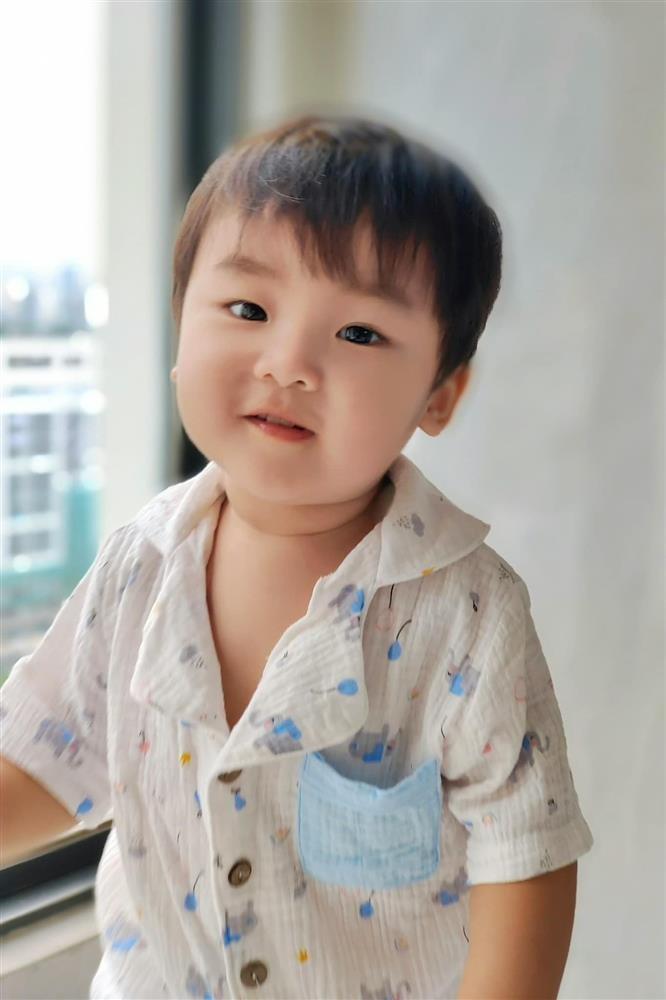 Thot tim nhin con trai Hoa Minzy nga ngua tu tren cao-Hinh-11