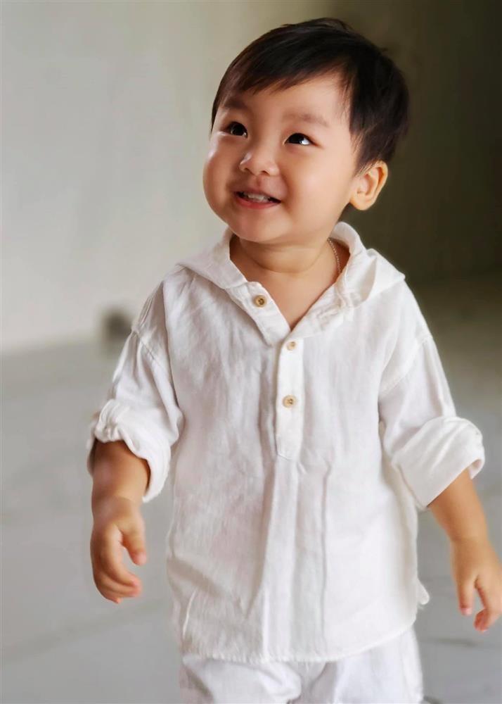 Thot tim nhin con trai Hoa Minzy nga ngua tu tren cao-Hinh-12