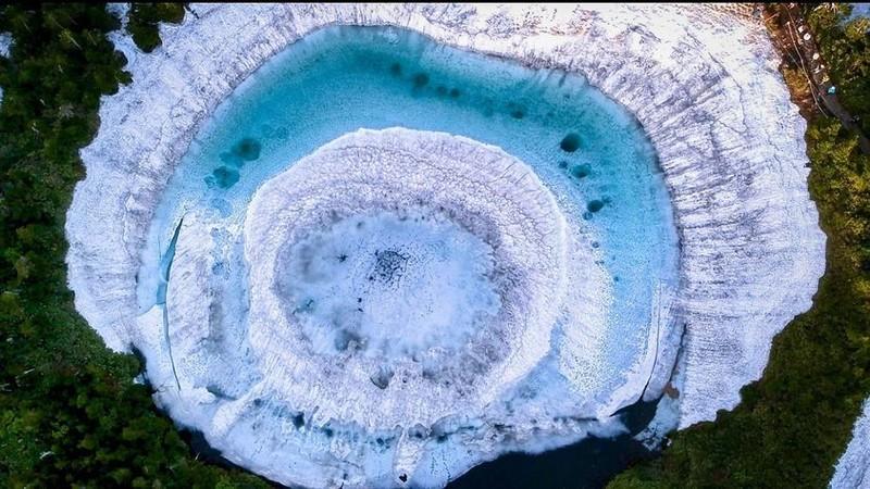 Hồ mắt rồng huyền diệu chỉ xuất hiện vào mùa xuân ở Nhật Bản