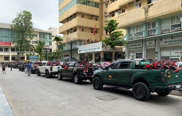 Nu doanh nhan Ha Noi tu lai xe van chuyen luong thuc cuu tro mua dich-Hinh-2