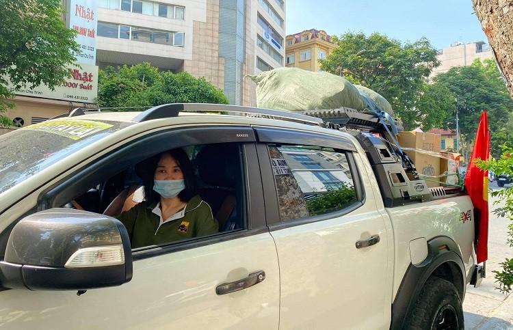 Nu doanh nhan Ha Noi tu lai xe van chuyen luong thuc cuu tro mua dich-Hinh-4