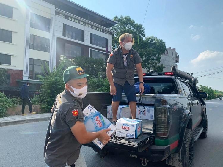 Nu doanh nhan Ha Noi tu lai xe van chuyen luong thuc cuu tro mua dich-Hinh-6