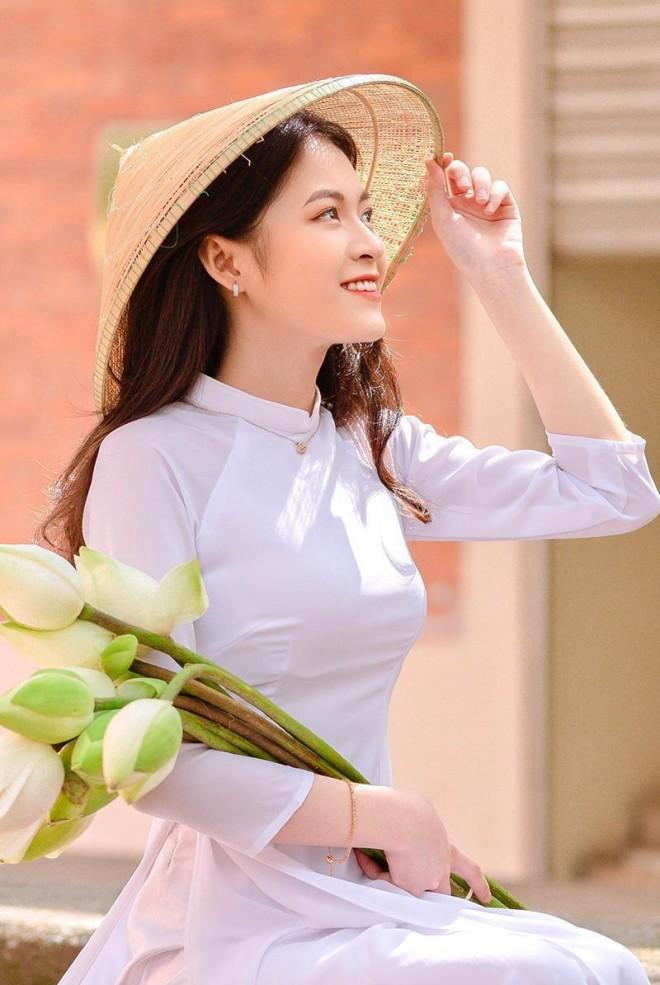 Hoa khoi truong Y so huu ve dep gay thuong nho trong ta ao dai-Hinh-10