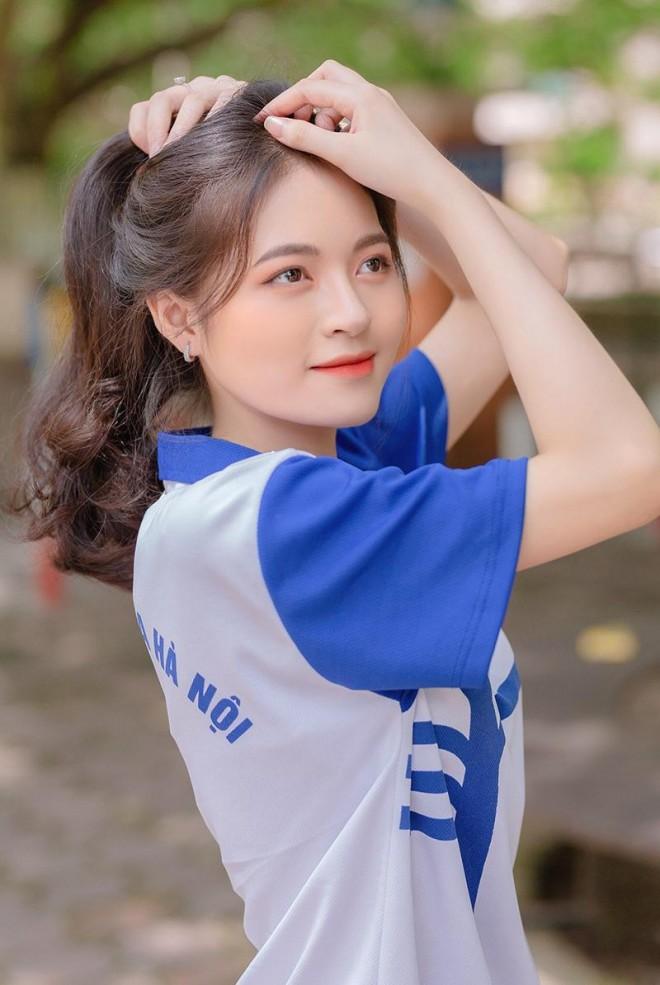 Hoa khoi truong Y so huu ve dep gay thuong nho trong ta ao dai-Hinh-2