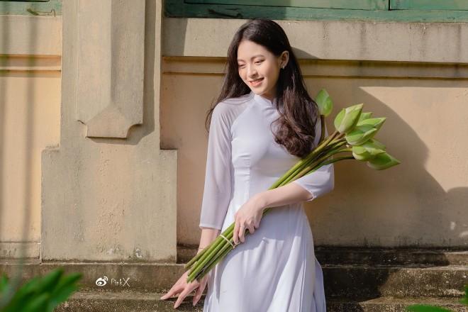 Hoa khoi truong Y so huu ve dep gay thuong nho trong ta ao dai-Hinh-7