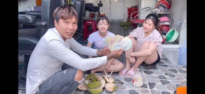 Cuoc song sang chanh cua Loc Fuho: Di xe sang xai dien thoai