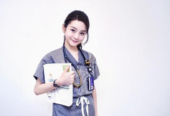 Nu bac si xinh dep noi tieng mang xa hoi vi giong Angelababy-Hinh-4