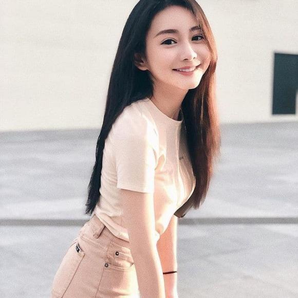 Nu bac si xinh dep noi tieng mang xa hoi vi giong Angelababy-Hinh-7