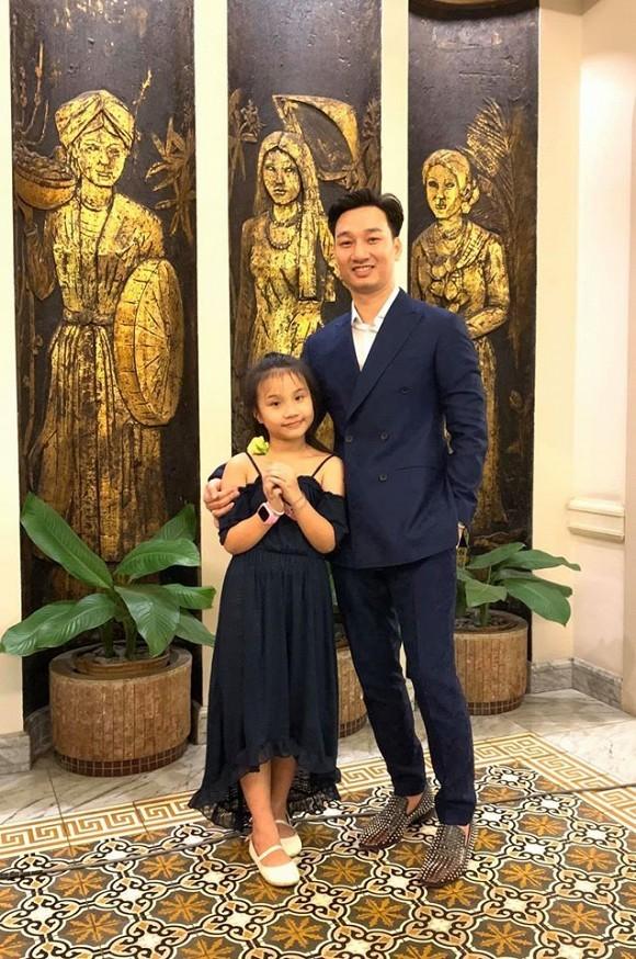 MC Thanh Trung va con gai tro chuyen cuc yeu ve cap song sinh cung cha khac me