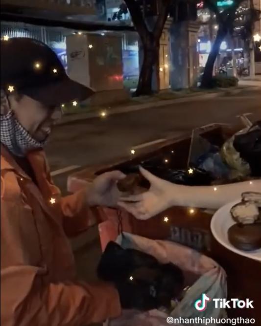 Tang banh cho nguoi lao dong, Hoa Minzy bi soi vi mat ve sinh-Hinh-2