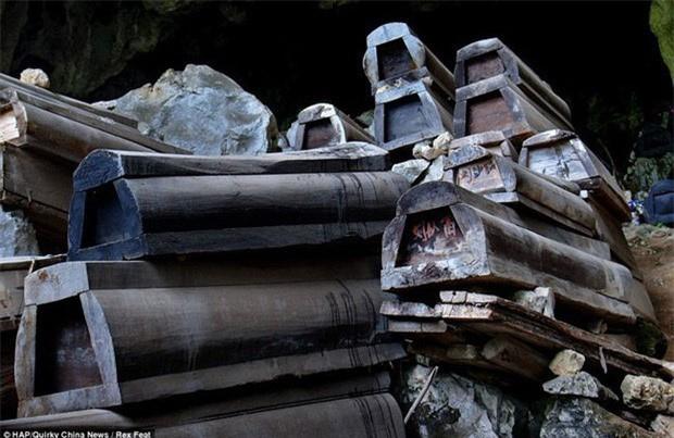 """Bi an 21 chiec quan tai """"tung hoa mu"""" trong dam tang Bao Cong-Hinh-2"""