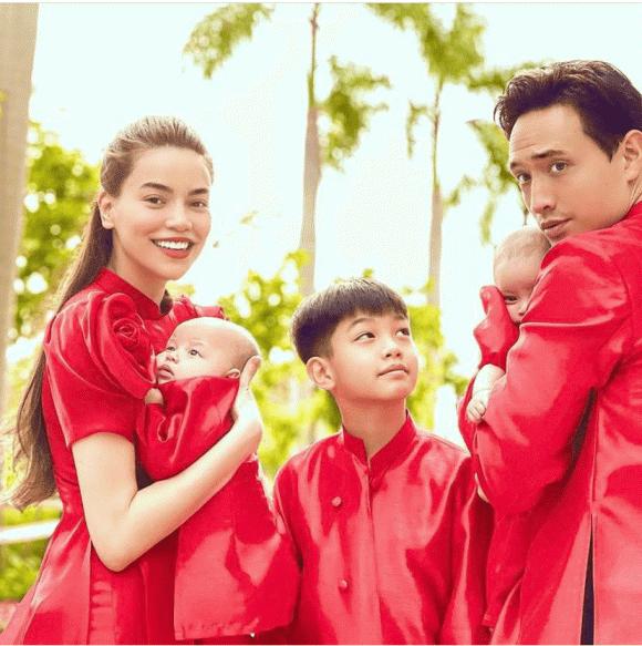 Ho Ngoc Ha - Kim Ly cung 3 con dien ao dai do don Tet-Hinh-2