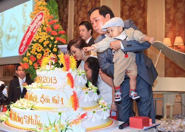 """Dam Vinh Hung mac """"style Fuho"""" hat trong tiec ba Phuong Hang-Hinh-2"""