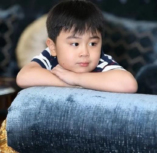 Con trai ut cua CEO Dai Nam su dung smartphone hieu gi?