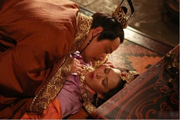 Vi Hoang de ki la: Chi an choi, he thay trom la vo nhu khong