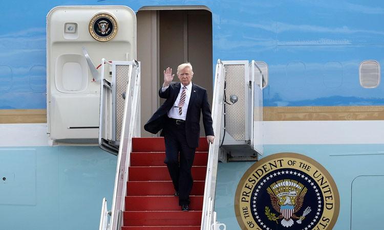 Tong thong Donald Trump dang tren duong toi Viet Nam