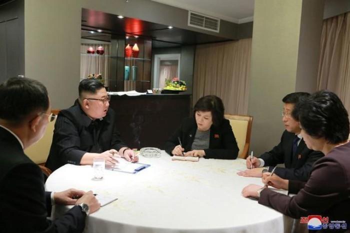 Chu tich Kim Jong-un co cuoc thao luan chien luoc ngay khi den Ha Noi