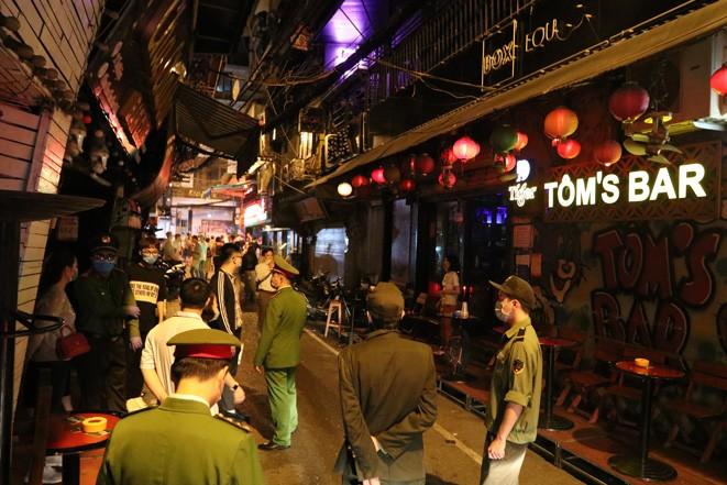 Chu tich Nguyen Duc Chung: Ha Noi tam dung quan bar, karaoke, tra da via he-Hinh-2